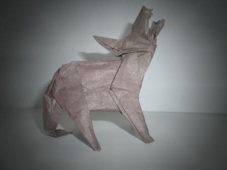 Оригами волк, воющий в ночи